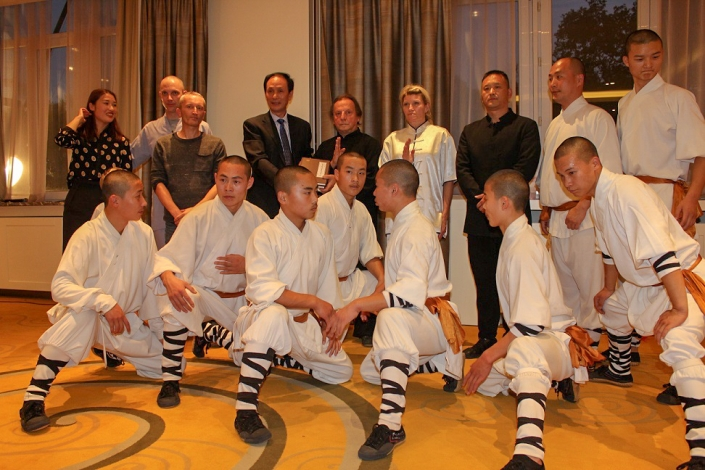 GM Walter Toch in Brussel with the shaolin monks in demo , and my Master Shi De Ding 31e Generation (Jiao Hong Bo)